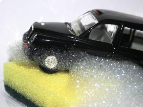 Modellauto auf einem Schwamm mit Schaum.