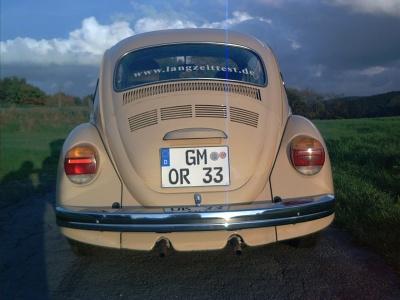 Heck eines beigefarbenen VW Käfers.