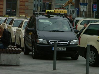 Schwarzer Zafira als Taxi in Hannover.